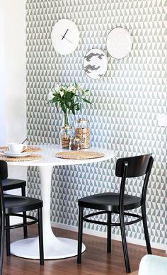 Via Naku | Borastapeter Arne Jacobsen Trapez Wallpaper | Saarinen Table | Dinnertable