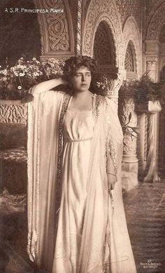 Queen Marie of Romania In her Moorish chamber at the Cotroceni Palace. This classic-inspired dress is impossible to date, but it shows Marie's flair for theatrical dress Romanian Royal Family, Romanian Girls, Maud Of Wales, Art Nouveau, Vintage Photos Women, Princess Alexandra, Moorish, Vintage Photography, Dramatic Photography