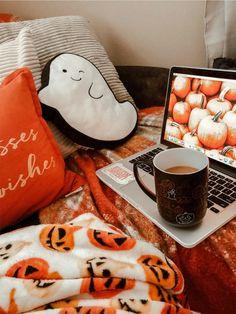 Mes do Halloween 👻 Casa Halloween, Halloween Bedroom, Halloween Home Decor, Halloween Movies, Gothic Halloween Decorations, Halloween Tumblr, Halloween Socks, Disneyland Halloween, Halloween Inspo