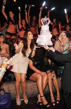 Pin for Later: Kim Kardashian, de Party Girl à Hot Mama  Kim lors de son enterrement de vie de jeune fille en Juillet 2011.