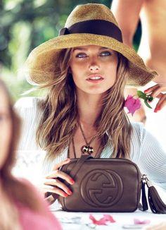 sac à main chanel, chapeau de paille beige, femme, yeux bleus