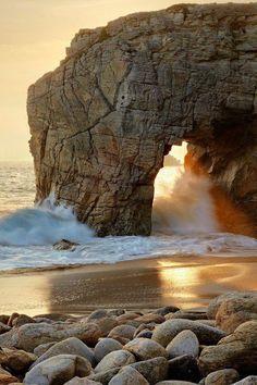 El mar, incesantemente deseando besar la costa.