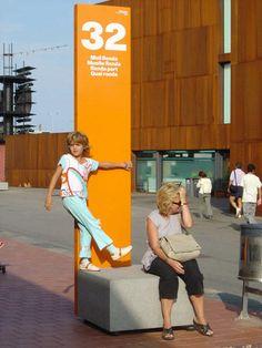 Self-supporting display totem / for public areas - MONOLITO by Joan Claudi Minguell & Ramon Farré-Escofet - Escofet