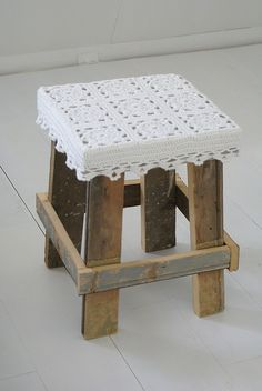 make stool with old pallets Pallet Stool, Pallet Crates, Old Pallets, Pallet Art, Wooden Pallets, Pallet Furniture, Furniture Plans, System Furniture, Wood Stool