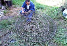 Week-end de fête avec les artisans vanniers Willow Weaving, Basket Weaving, Woven Baskets, Weaving Projects, Weaving Art, Land Art, Art Du Monde, Les Artisans, Deco Nature