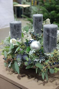 Foto Gartner En florist Foto Gartner En florist Photo Gardener A florist Photo Gardener A florist Christmas Flower Decorations, Christmas Arrangements, Outdoor Wedding Decorations, Christmas Flowers, Christmas Candles, Christmas Centerpieces, Green Christmas, Christmas Home, Christmas Wreaths