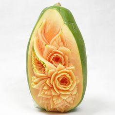 Der ItalienerDaniele Barresi ist ein wahrer Meister der Carving-Kunst. In Seifen, Käse und vor allem Obst und Gemüse schnitzt der…