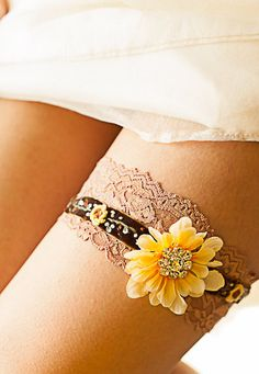 Sunflower garter rhinestone embellishment brown.. This is actually só pretty!