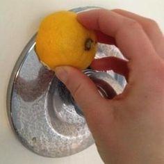 Limón limpiando agua dura
