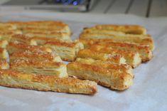 Lehetnek a zsúrasztalon csillivilli színes-díszes tortácskák vagy pecsételt csodakekszek: a büféasztalok legnagyobb sztárja mindig a sajtos rúd. De csak akkor, ha nagyon sajtos és tökéletesen omlós.A margarinízű, porladóan száraz állagú szörnyedelmek nem tartoznak ebbe a… Cheddar, French Toast, Appetizers, Food And Drink, Cooking Recipes, Bread, Cookies, Drinks, Breakfast