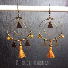 Boucles d'oreilles créoles triangles et pompons jaune moutarde par bijoux bleu bohème