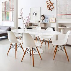Maybe no rug? Clean modern dining room with Eero Saarinen table and Charles and Ray Eames molded chairs in the apartment in the center of old Madrid, designed by Mesa Saarinen, Saarinen Table, Home Interior, Interior Decorating, Interior Design, Decorating Ideas, Decor Ideas, Ideas Decoración, Modern Interior
