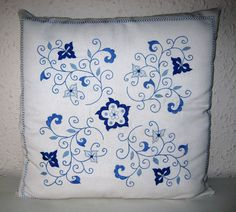 Risultati immagini per bordado mallorquin paso a paso Bed Pillows, Cushions, Entertainment Logo, Hand Embroidery Designs, Free Games, Hand Stitching, How To Make, Crafts, Tablecloths