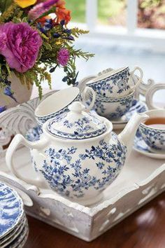blue and white tea service ::: I love all blue and white china, vases, tiles,etc. Vintage Tee, Vintage China, Tea Sets Vintage, Vintage Teacups, Blue And White China, Blue China, Café Chocolate, White Dishes, White Tray