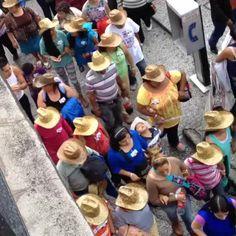 Acarreados con etiqueta en pecho pasan sin problemas retenes policiacos #Zocalo #DíaDeLaIndependencia #México #Grito #GritoDeIndependencia