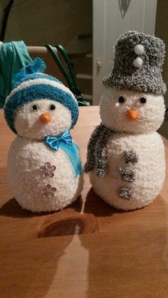 Sneeuwpoppetjes gemaakt van sokken.