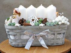 Sněhobílé+vánoce+adventní+svícen+se+svíčkami+ve+sněhobílé+barvě+s+keramickými+andílky+v+proutěném+truhlíku,+výška+20+cm,+šířka+13+cm,+délka+32+cm