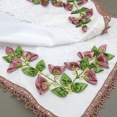 Caminho de mesa com botões de rosas de fitas - Idéias do dia - Clube de Artesanato