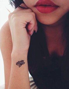 Tatouage fleur fin - 20 tatouages fleuris qui font envie  - Elle