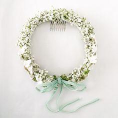 www.gracebridalindustries.com #Tocado de #comunión #corona de #flores #naturales. Decorada con mini hojas de #hiedra de porcelana en acabado #nácar.