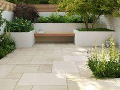 Moderne Terrassengestaltung mit Sandsteinplatten in verschiedenen Größen