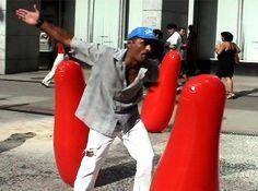 """""""Quem bate? Quem apanha?"""" Coletivo BiJaRi instalação de dezenas de João-bobo numa praça movimentada em São Paulo"""