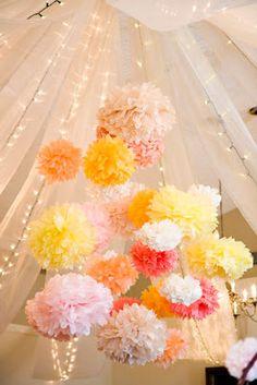 décoration de salle avec des pompons - Organiser un mariage