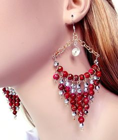 Beaded chandelier earrings made with acrylic red beads Bead Jewellery, Wire Jewelry, Beaded Jewelry, Jewelery, Handmade Jewelry, Diy Schmuck, Schmuck Design, Bead Earrings, Chandelier Earrings