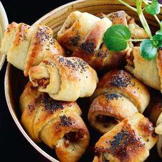 Pähkinäiset pekonisarvet 1. Mittaa kuivat ainekset kulhoon. Lisää öljy ja hieman kädenlämpöä kuumemmaksi lämmitetty maito. Anna kohota noin 10 minuuttia. 2. Silppua sipuli ja pekoni. Ruskista pekoni ja kuullota sipuli pekonin joukossa. Jauha pähkinät. Sekoita täyteainekset. 3. Kauli taikinasta pyöreä levy ja leikkaa se kolmioiksi. Lusikoi täyte kolmioille ja kierrä sarviksi leveästä päästä alkaen. Anna … Bagel, Bread, Food, Eten, Bakeries, Meals, Breads, Diet