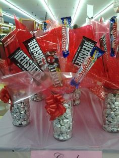 Learn how to make candy bouquets – Candy Bouquet Designs books. Start Candy Bouquet and Gift Basket Business or Do it for a hobby! Candy Boquets, Candy Bar Bouquet, Candy Bouquet Birthday, Creative Gift Baskets, Candy Gift Baskets, Raffle Baskets, Candy Arrangements, Candy Centerpieces, Valentine Bouquet