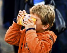 Dreng i orange tøj