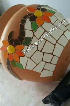 Decoraciones Mosaic Planters, Mosaic Garden Art, Mosaic Vase, Mosaic Flower Pots, Mosaic Diy, Mosaic Crafts, Mosaic Projects, Mosaic Tiles, Pebble Mosaic