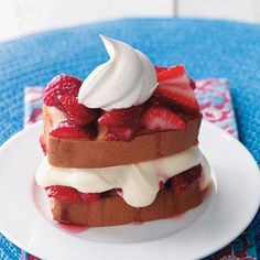 Shortcut Strawberry Shortcake:2 cups fresh strawberries, sliced, 1 teaspoon sugar, 1-1/2 cups cold 2% milk, 1 package (3.4 ounces) instant vanilla pudding mix ,2 cups whipped topping, divided, 1 loaf (10-3/4 ounces) frozen pound cake, thawed