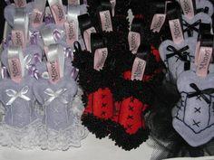 Faço na cor que desejar  Os mimos são feito em feltro e tecidos podem ser encomendados. São confeccionados artesanalmente, feito uma a uma, recortada, costurada a mão e de acordo com seu gosto. Cada peça é única, e podem variar um pouco, assim como os apliques, fitas, e afins podem variar as to...