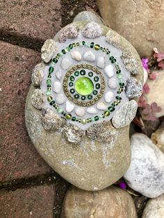Christmas Bulbs, Mad, Rocks, Holiday Decor, Frames, Mosaic, Stones, Garten, Christmas Light Bulbs