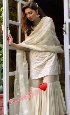 Simple Pakistani Dresses, Pakistani Fashion Casual, Pakistani Wedding Outfits, Pakistani Dress Design, Bollywood Fashion, Indian Fashion, Blackpink Fashion, Fasion, Eid Outfits