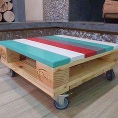 Pallet tafel met wieltjes én kleur.