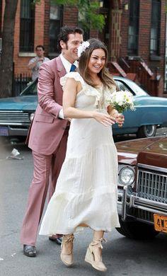 Viu a Mila Kunis de noiva, bem hippie com anabela de corda nos pés, margarida no cabelo e buquê de flores do campo???