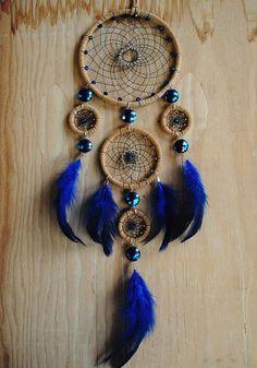 charmant modele d'attrape rêve avec trois anneaux, plumes et perles bleues, comment fabriquer un attrape-rêve