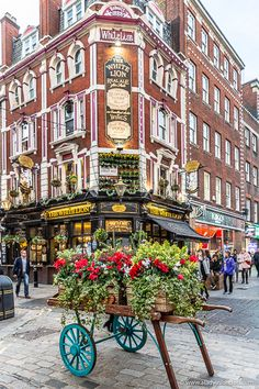 A pretty floral wheelbarrow in front of a historic pub in Covent Garden, London. This area is one of the most exciting in the UK capital. London Blog, London Life, London Tours, London Travel, The Places Youll Go, Places To Visit, Uk Destinations, Reisen In Europa, London Places