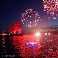 Punaisten purjeiden juhlaa vietetään kesäkuun 20. päivä eli juhannuksena. Punaiset purjeet ovat kesäloman alun symboli. Scarlet Nights, St. petersburg.