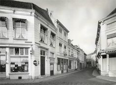 Breda - Catharinastraat in de jaren 50. Gezien vanuit het zuidoosten (Vlaszak). Links de Veemarktstraat met cafetaria 't Zwaantje. In de Catharinastraat Hotel De Landbouw.