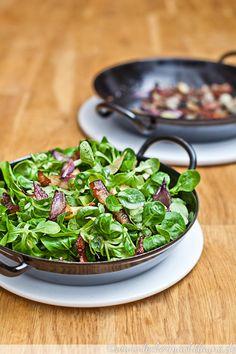 Für die Lust auf Salat im Winter ist Feldsalat perfekt geeignet. Köstlich und leicht nussig wird er hier mit Speck, Zwiebeln und Orangendressing ergänzt.