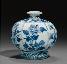 A Kangxi blue and white huqqa base with  associated ringstand, China for the Indian market, 17th century. Photo Sotheby's