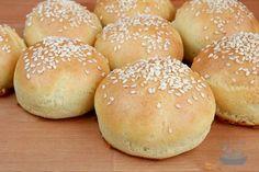 Kynuté světlé housky (vč. bezlepkové varianty) | Jíme rádi Thing 1, Gluten Free Recipes, Hamburger, Panna Cotta, Bread, Baking, Food, Free Stuff, Glutenfree