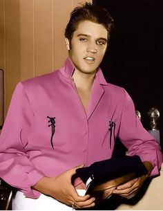 "BEAUTIFUL PICTURE OF ""ELVIS.""......ELVIS WE ALL MISS YOU DEARLY......LOVE ALWAYS.....R.I.P."