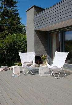 Våre beste fargetips til grunmuren - Jotun Uteinspirasjon Outdoor Chairs, Outdoor Furniture, Outdoor Decor, Sun Lounger, Lady, House, Home Decor, Sheds, Patio