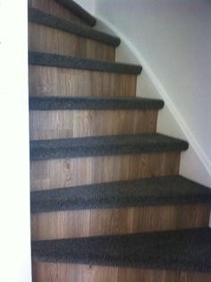 De treden van deze trap zijn bekleed met tapijt en ondertapijt, de stootborden zijn met vinyl bekleed