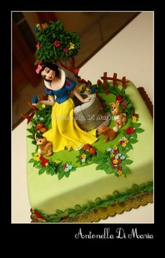 Snow-White-Cake_ with forest friends Disney Castle Cake, Disney Cakes, Snow White Cake, Prince Cake, Carousel Cake, White Cakes, Cupcake Cakes, Cupcakes, Fashion Cakes