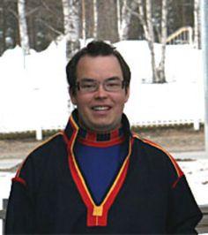 Paulus Kuoljok i Gällivare herrkolt Foto: Samiskt informationscentrum 2009. Paulus Kuoljok wearing a Gällivare Saami kirtle.